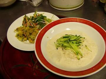 韓国料理講師の免状を持つ宗政さんに、韓国の家庭の味を教えていただきます。だしから手作りです。