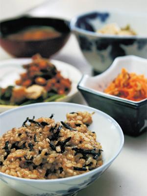 正食料理とは、一物全体、身土不二、医食同源をモットーとし、桜沢 如一(さくらざわ ゆきかず)の教えである無双原理、陰陽論をベースに日本の伝統食である和食、穀物菜食での食べ方、体を癒す食養料理、また、食物を使った手当て法などのことです。