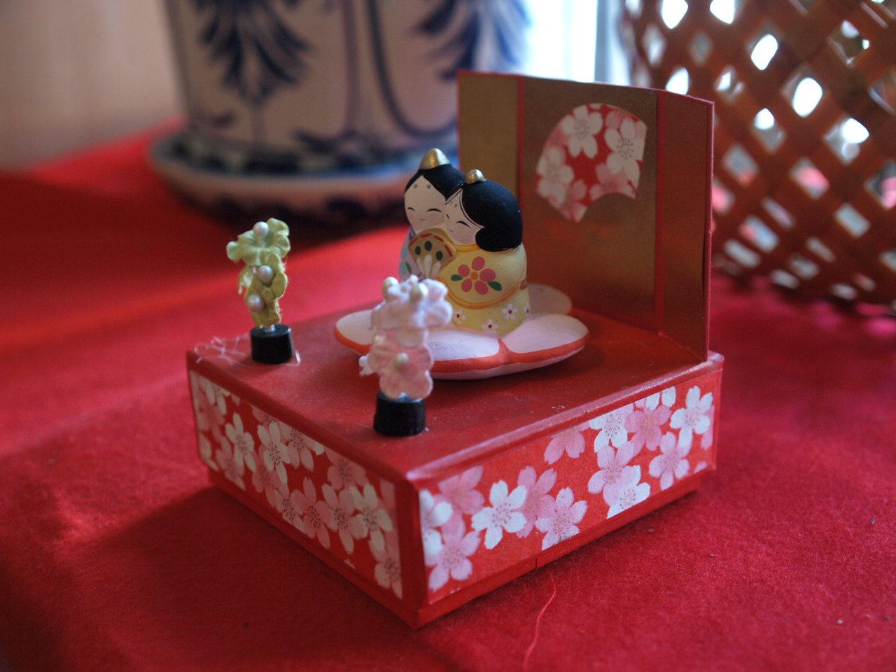 昨日は佐賀の「玄米食 おひさま」さんにお邪魔していたのですが、かわいいお雛様、りりしいお雛様など飾ってありました。来月いっぱいまでありますので、よろしかったらどうぞ。