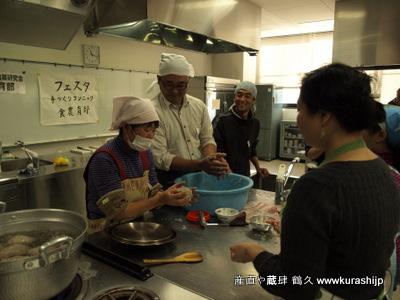 芋を茹でて、練って、あくを加えてまた練って。大なべで茹であげるとできあがりです