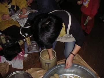 甕に味噌玉を投げ込んで、空気を抜きます。下の部屋にいると、床が抜けそうな音がします(笑)<br />